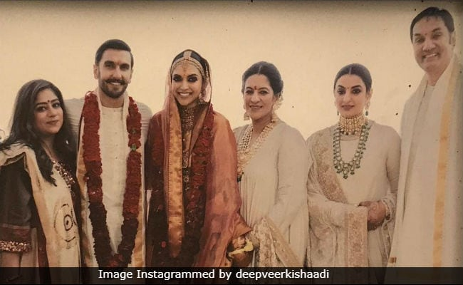 Seen This Pic Of Deepika Padukone And Ranveer Singh Posing With The Bhavnanis?