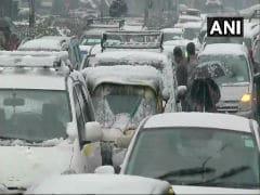कश्मीर घाटी में भारी बर्फबारी से इलेक्ट्रिसिटी सप्लाई ठप, अस्पतालों में भी बिजली नहीं