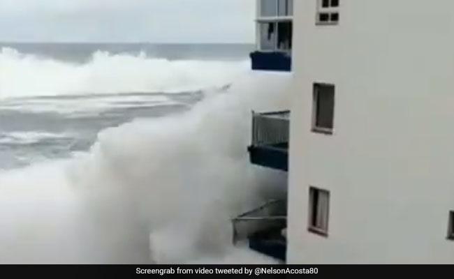 यहां दिखा समुद्र का तांडव, आई ऐसी लहरें कि उड़ गई घरों की बालकनी, देखें VIDEO