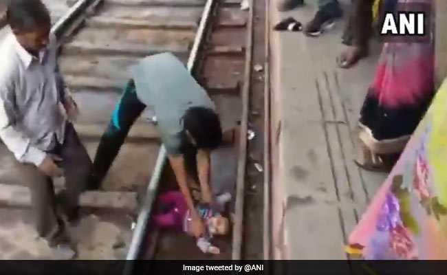 VIDEO : प्लेटफार्म और ट्रेन के बीच में गिरी बच्ची; मां हुई बेहोश, जानिए- फिर क्या हुआ