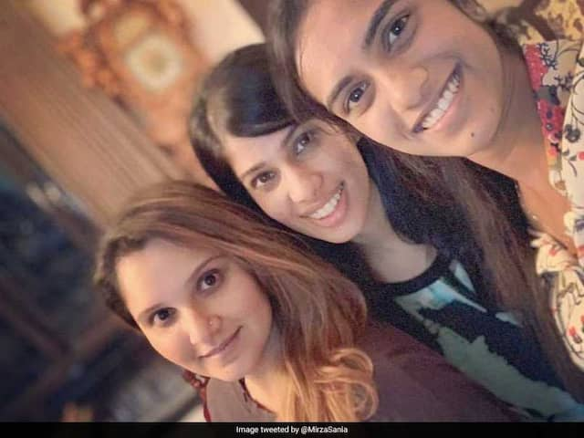 PV Sindhu and Joshna Chinappa's surprise visit to Sania Mirza's house, selfie posted by Sania