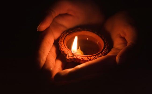 धनतेरस के दिन घर के बाहर क्यों जलाया जाता है यम के नाम का दीपक, जानिए यहां