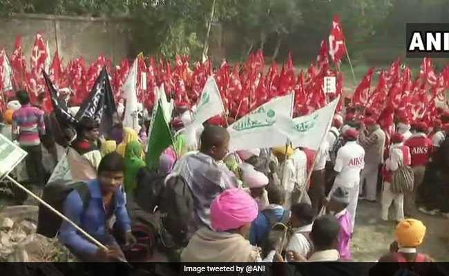 रामलीला मैदान में जुटे देश भर के हजारों किसान, कहा - 'अयोध्या नहीं, कर्ज माफी चाहिए', संसद कूच आज