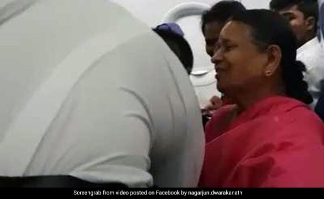 VIDEO: पायलट ने पहली उड़ान भरने से पहले छुए मां और दादी के पैर, वजह जान छलक जाएंगे आंसू…