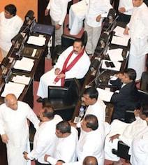 श्रीलंका में सियासी संकट जारी : सांसदों ने एक दूसके पर फेंके मिर्ची पाउडर व फर्नीचर, संसद की कार्यवाही सोमवार तक स्थगित