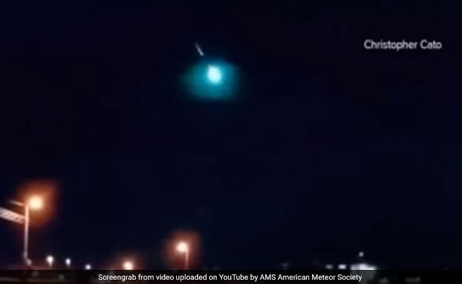 आसमान से गिरती दिखाई दी नीले रंग की अजीबोगरीब चीज, देखें VIDEO