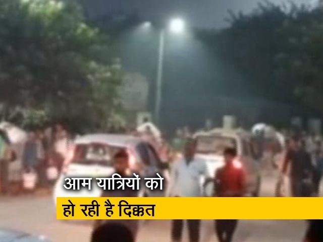 Videos : सिटी सेंटर: बेहाल है आनंद विहार स्टेशन और महिला पुलिस की मौत पर हंगामा
