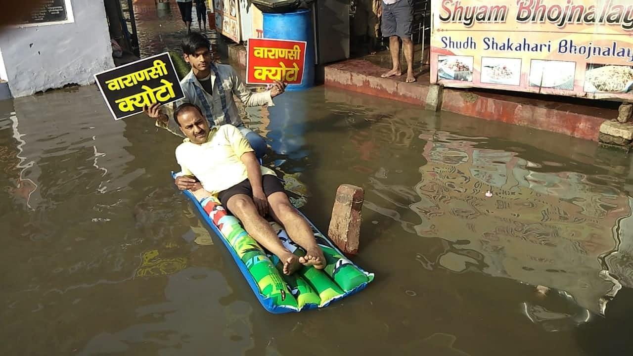 जब सीवर के पानी पर बाथटब रख लेट गए पार्षद, अनोखे अंदाज़ में किया पीएम मोदी के खिलाफ विरोध प्रदर्शन