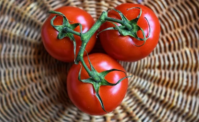 Skincare Tips: How Tomatoes Help To Make Your Skin Healthy And Glowing | Damakti aur bedag tvacha