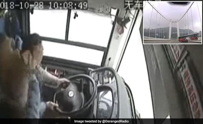 महिला और ड्राइवर के झगड़े में गई 13 लोगों की जान, बस गिर गई नदी में, वायरल हुआ VIDEO