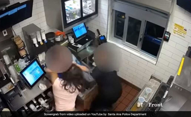 McDonald's में बर्गर के साथ नहीं दिया केचप तो महिला ने किया बवाल, मैनेजर को पीटा, देखें VIDEO