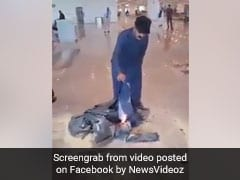 फ्लाइट कैंसिल हुई तो शख्स ने एयरपोर्ट पर ही जला दिए अपने कपड़े, जमकर मचाया बवाल, देखें VIDEO