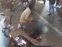 जब व्यस्त सड़क के बीचों-बीच युवक की चाकुओं से गोदकर कर दी गई हत्या, तमाशबीन बने रहे लोग