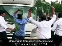 Nillu Nillu Challenge ने उड़ाई पुलिस की नींद, गाड़ी के सामने आकर कर रहे हैं लोग डांस, देखें VIDEO