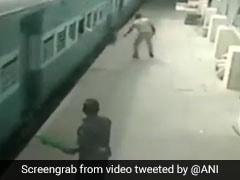 चलती ट्रेन को पकड़ने को कोशिश कर रहा था यात्री, हाथ छूटा तो हुआ ऐसा, देखें VIDEO