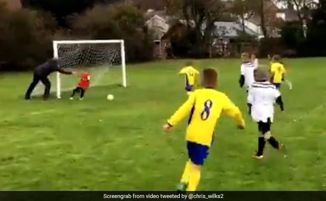 फुटबॉल मैच में गोल को बचाने के लिए पिता ने दिया बेटे को धक्का, वायरल हुआ VIDEO