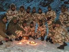 लद्दाख में हुई बर्फबारी के बीच ITBP जवानों ने दीये जलाकर मनाई दिवाली