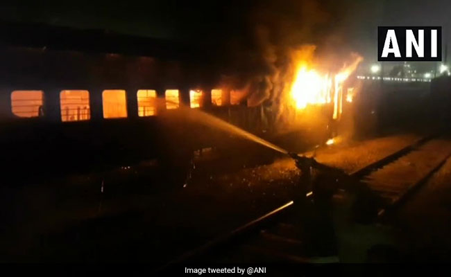 जब झांसी रेलवे स्टेशन पर खड़ी  ट्रेन की बोगी धू-धू कर जलने लगी, देखें तस्वीर