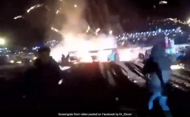 नीचे जश्न मना रहे थे लोग, हवा में फूटा आग का गुब्बारा, वायरल हुआ ये खतरनाक VIDEO