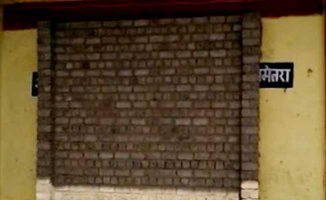 कलेक्टर साहब को थी EVM की सुरक्षा की चिंता, तो 'सलीम-अनारकली' की तरह मशीन को दीवार में चुनवा दिया