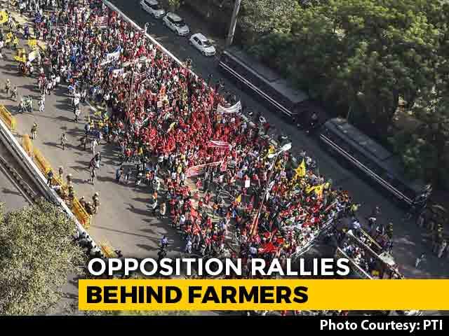 Video : Rahul Gandhi, Arvind Kejriwal Target PM At Mega Farmers' Rally