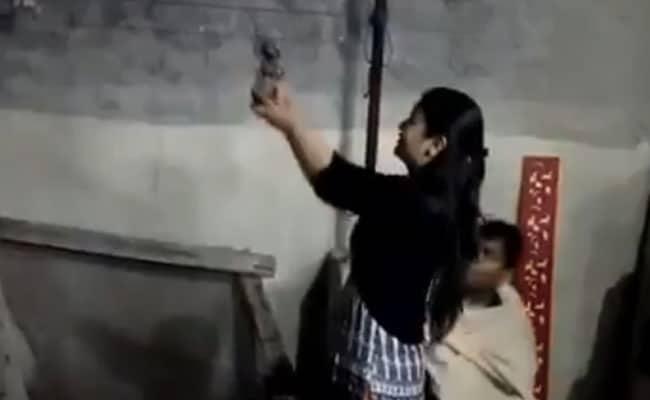 पटाखा छोड़ इस परिवार ने गोलियां दाग मनाई दीवाली, महिलाएं और बच्चों ने भी की फायरिंग, देखें- VIDEO