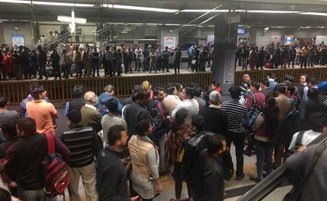 तकनीकी कारणों से ब्लू लाइन पर मेट्रो सेवाएं रहीं बाधित, यात्रियों को घंटों करना पड़ा इंतजार