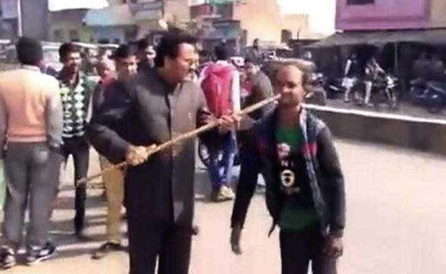 VIDEO में बीजेपी नेता की गुंडागर्दी कैद, दिव्यांग ने अखिलेश को वोट देने की बात की तो मुंह में डंडा घुसेड़ा