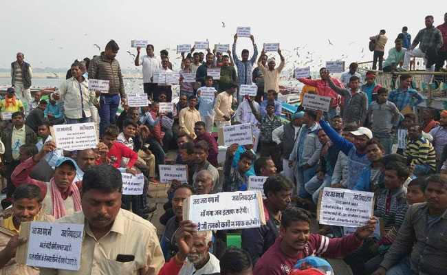 वाराणसी : सरकार कर रही पर्यटकों को आकर्षित, नाविक कर रहे हड़ताल