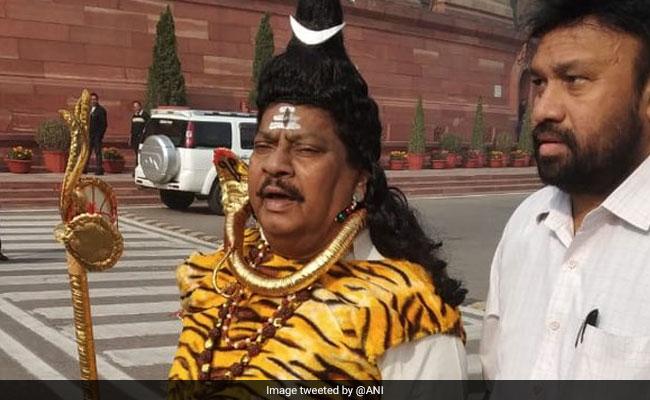 आंध प्रदेश को विशेष राज्य के दर्जे की मांग, भगवान शंकर का वेश धारण कर संसद पहुंचे सांसद एन शिवप्रसाद