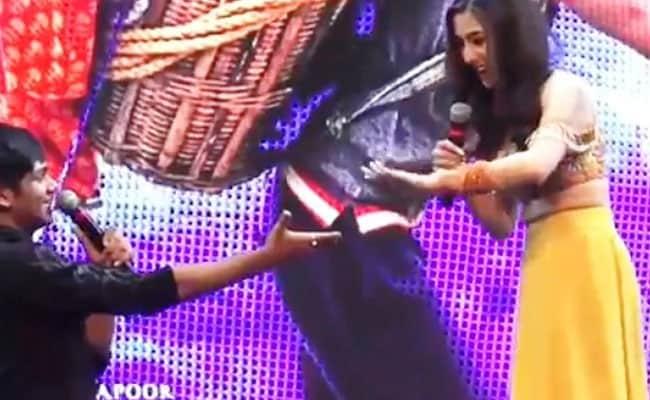 सारा अली खान को देखकर कांपने लगा ये फैन, बोला- क्या आप मेरा हाथ थामोगी...Video हुआ वायरल