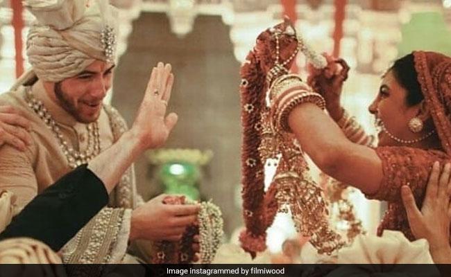 घूंघट ओढ़ मंडप में पहुंची प्रियंका, तो यूं निक को वरमाला से बचाते दिखे दोस्त, देखिए Nick-Priyanka की इंडियन शादी की Unseen Photos