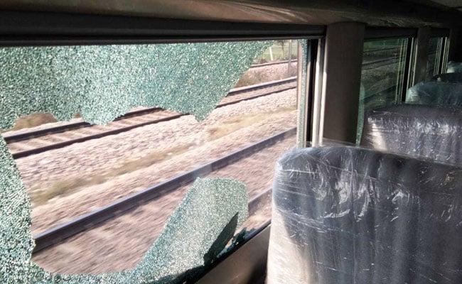 रेलवे की नई लग्ज़री ट्रेन टी-18 पर ट्रायल के दौरान फ़ेंके पत्थर, देखें VIDEO