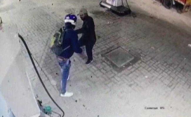 बंदूकधारी बदमाशों से अकेले भिड़ गया युवक और छुड़ा दिये छक्के, देखें- VIDEO