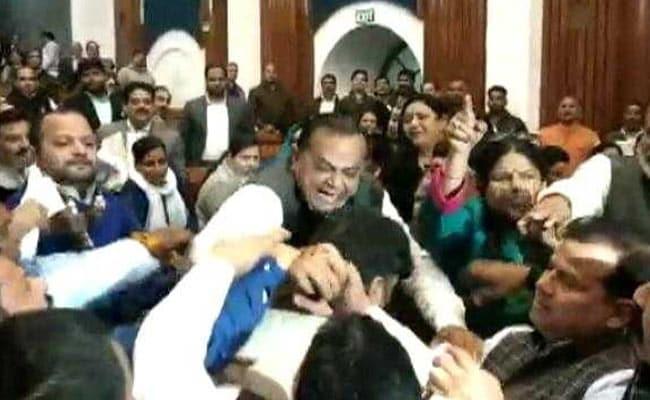 दिल्ली: टाउन हॉल में BJP पार्षद ने AAP पार्षद को मारा घूसा, जमकर मचा बवाल- देखें VIDEO