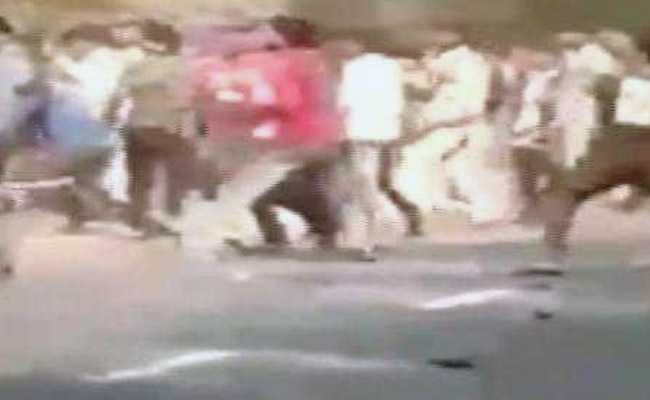VIDEO :  बंदूक छीनो...मारो...मारो - बुलंदशहर में इंस्पेक्टर सुबोध सिंह की हत्या से पहले का वीडियो वायरल