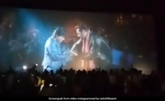 सलमान-शाहरुख को देख सिनेमा हॉल में पब्लिक ने उछल-उछल कर किया डांस, Video हुआ वायरल