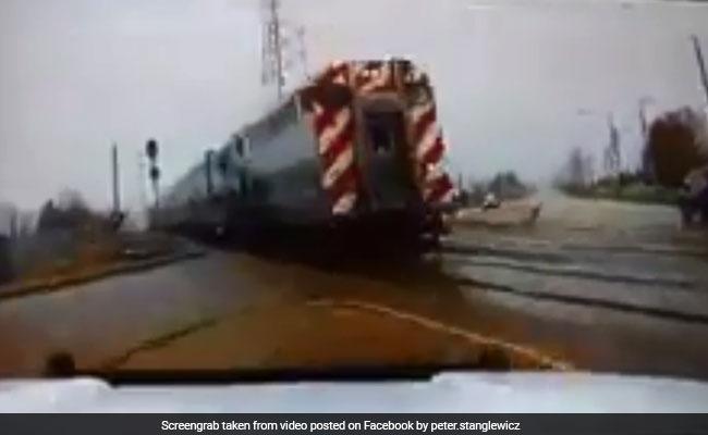पुलिस के पास से तेज रफ्तार से निकली ट्रेन, रुकी रह गईं लोगों की सांसे, वायरल हुआ VIDEO