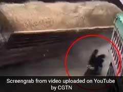 गाड़ी से जा रहे थे दो शख्स, अचानक सामने आया रेत से भरा ट्रक और फिर... देखें VIDEO
