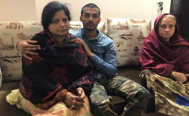 बुलंदशहर कांड : इंस्पेक्टर सुबोध कुमार सिंह की पत्नी ने कहा, मिटाए जा रहे हैं हत्या के सबूत