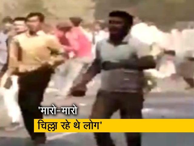 Videos : बुलंदशहर में पत्थर लिए भीड़ का उत्पात