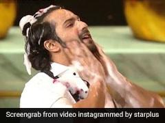 वरुण धवन जिस टब से नहाते हुए निकले, उसी टब में कुछ यूं दिखे अक्षय कुमार... देखें Video