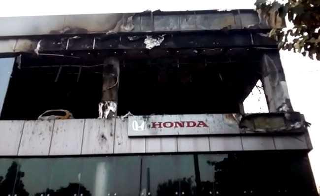 दिल्ली के कार शो रूम में लगी भीषण आग, 15 से ज्यादा गाड़िया जलकर खाक