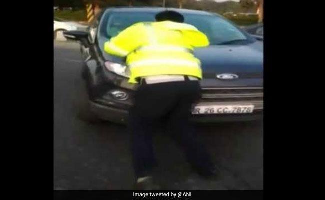 VIDEO: कार नहीं रोकी तो पुलिस अफसर चढ़ गया बोनट पर, तेज रफ्तार में भगाई तो...