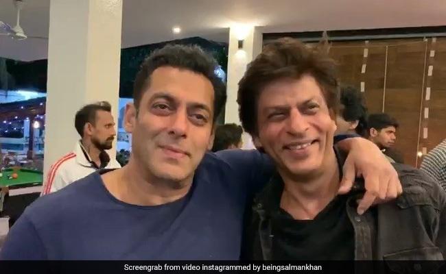 सलमान खान-शाहरुख खान को याद आए 'करण-अर्जुन', टीवी पर यूं देखी फिल्म; Video वायरल