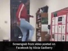 स्टूडेंट ने टेबल पर चढ़कर मारी टीचर को लातें और थप्पड़, वायरल हुआ VIDEO