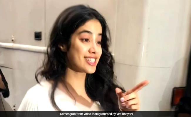 जाह्नवी कपूर को फोटोग्राफर ने कहा सारा अली खान, श्रीदेवी की बेटी का यूं आया रिएक्शन