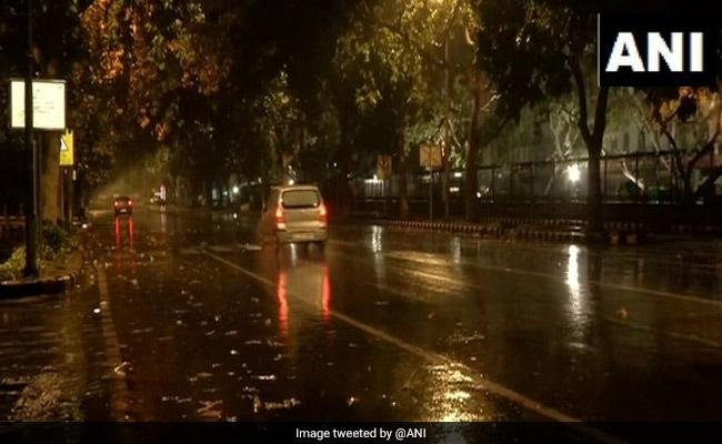 दिल्ली में आधी रात के बाद फिर हुई बारिश, तापमान में गिरावट-हवा में मामूली सुधार