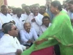 सवाल पूछने पर भड़के कर्नाटक के पूर्व मुख्यमंत्री सिद्धारमैया, महिला से की बदसलूकी