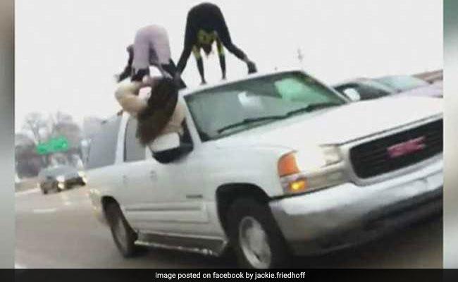 VIDEO: दो लड़कियों ने कार के ऊपर चढ़कर की ऐसी हरकत, काम छोड़कर देखने लगे लोग